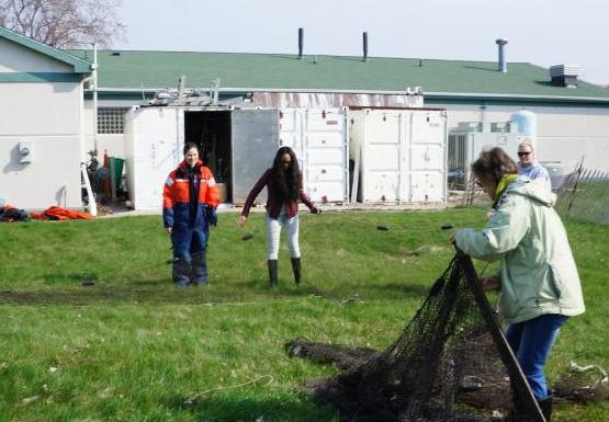 Dr. Pérez and students setting up a trap net on land for demonstration