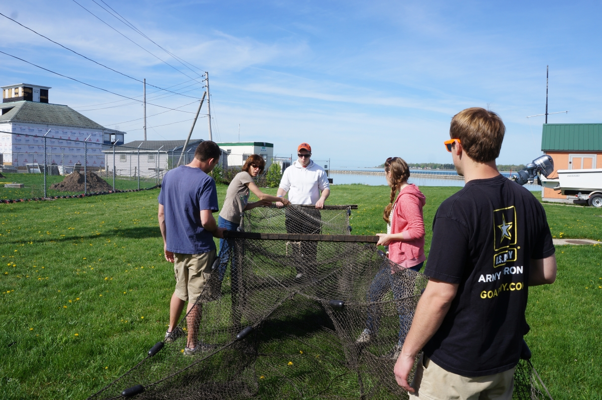 Dr. Pérez explains how trap nets work to her Fisheries class
